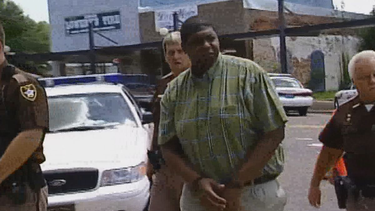 Deputies lead Emanuel Gissendanner into the Dale County courthouse in this early 2000's WTVY...