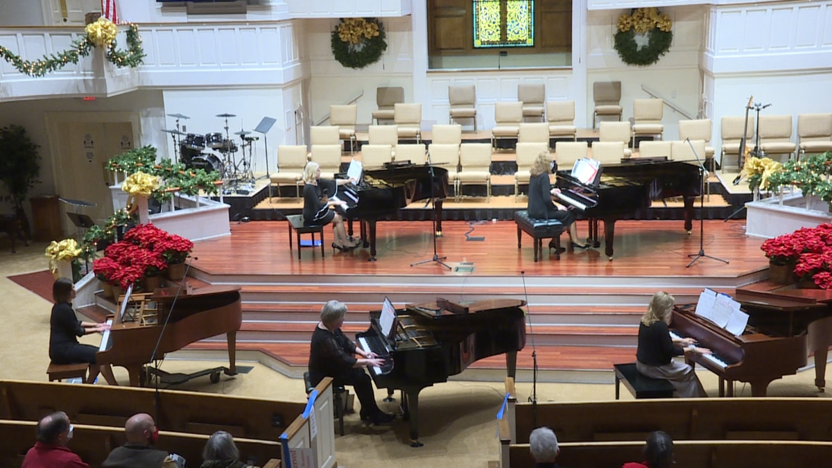 The free event featured several classical and traditional holiday songs, played on grand pianos.